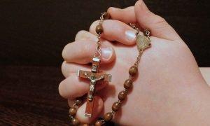 Cómo rezar el rosario de liberación Católico